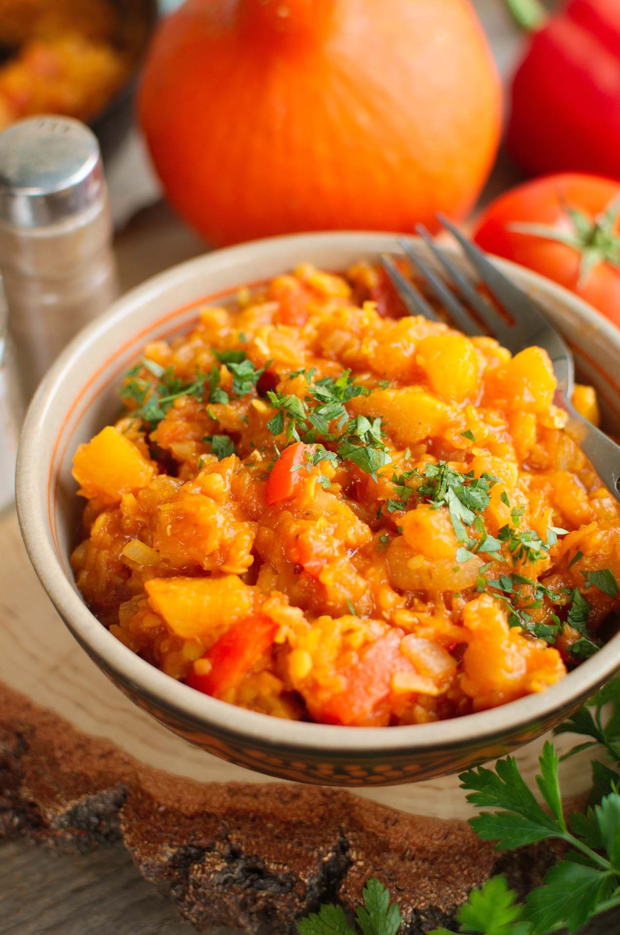 Dynia z soczewicą, papryką i pomidorami