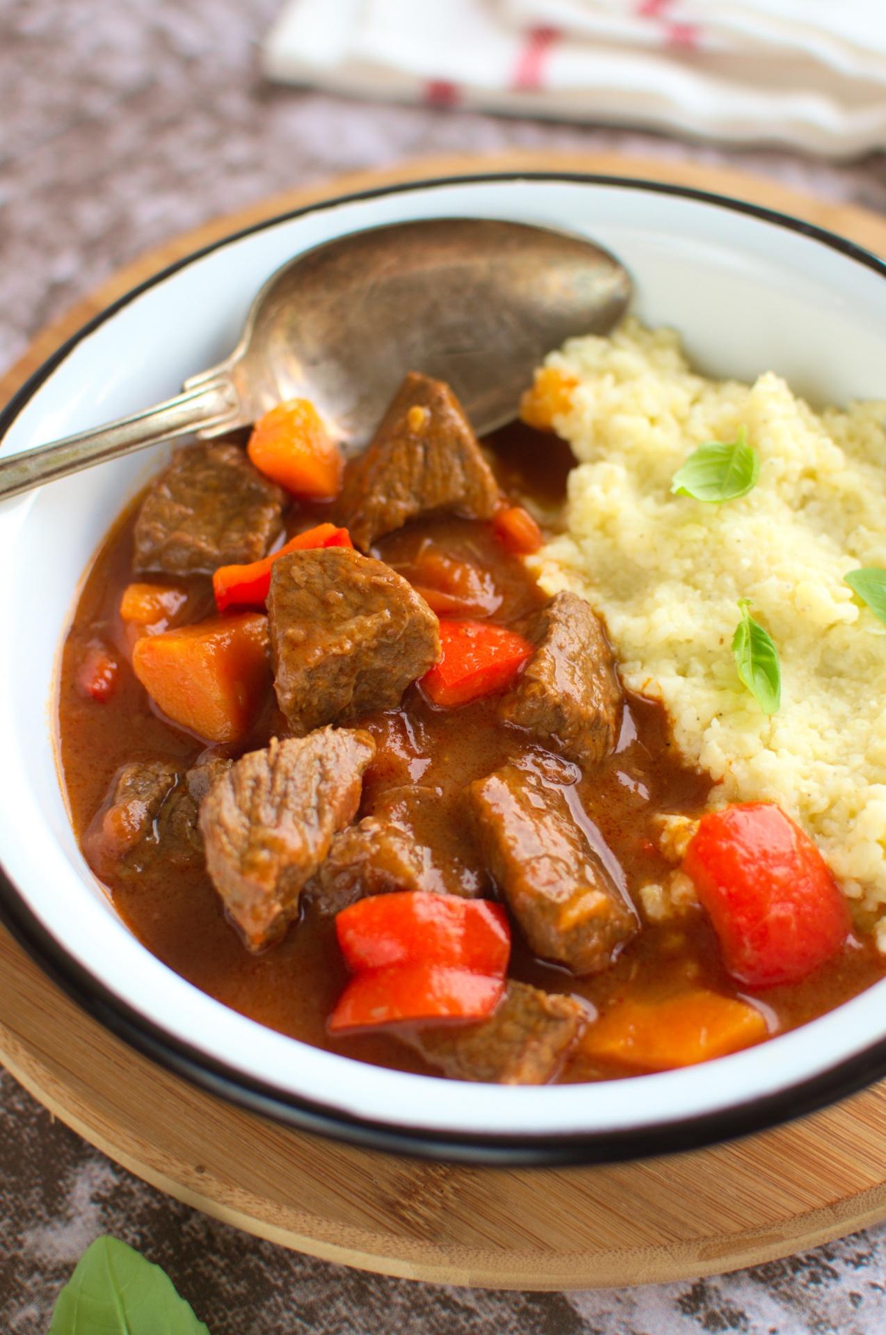 Gulasz wołowy z pomidorami, papryką i marchewką