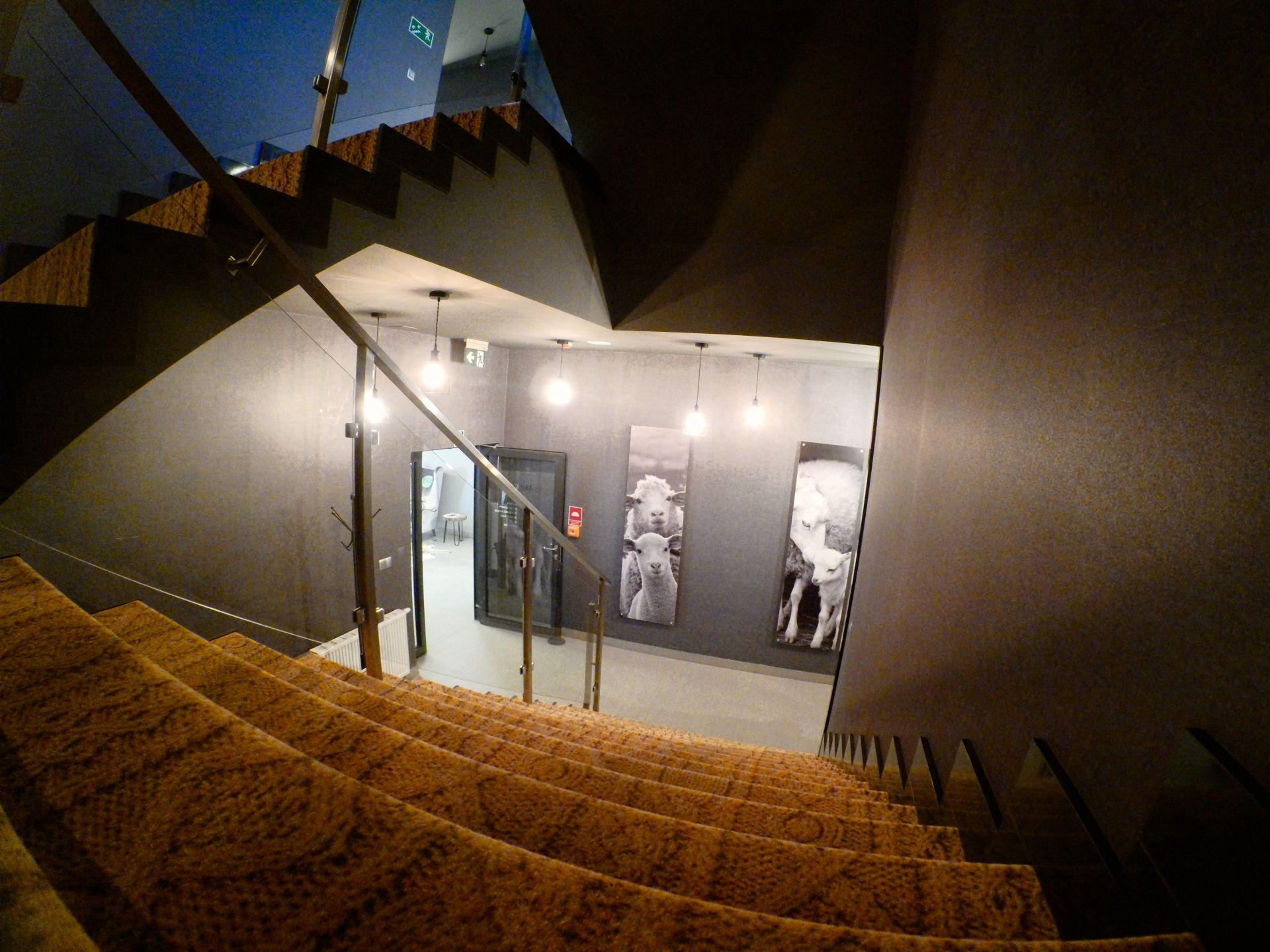Bardzo ciekawy wytrój schodów