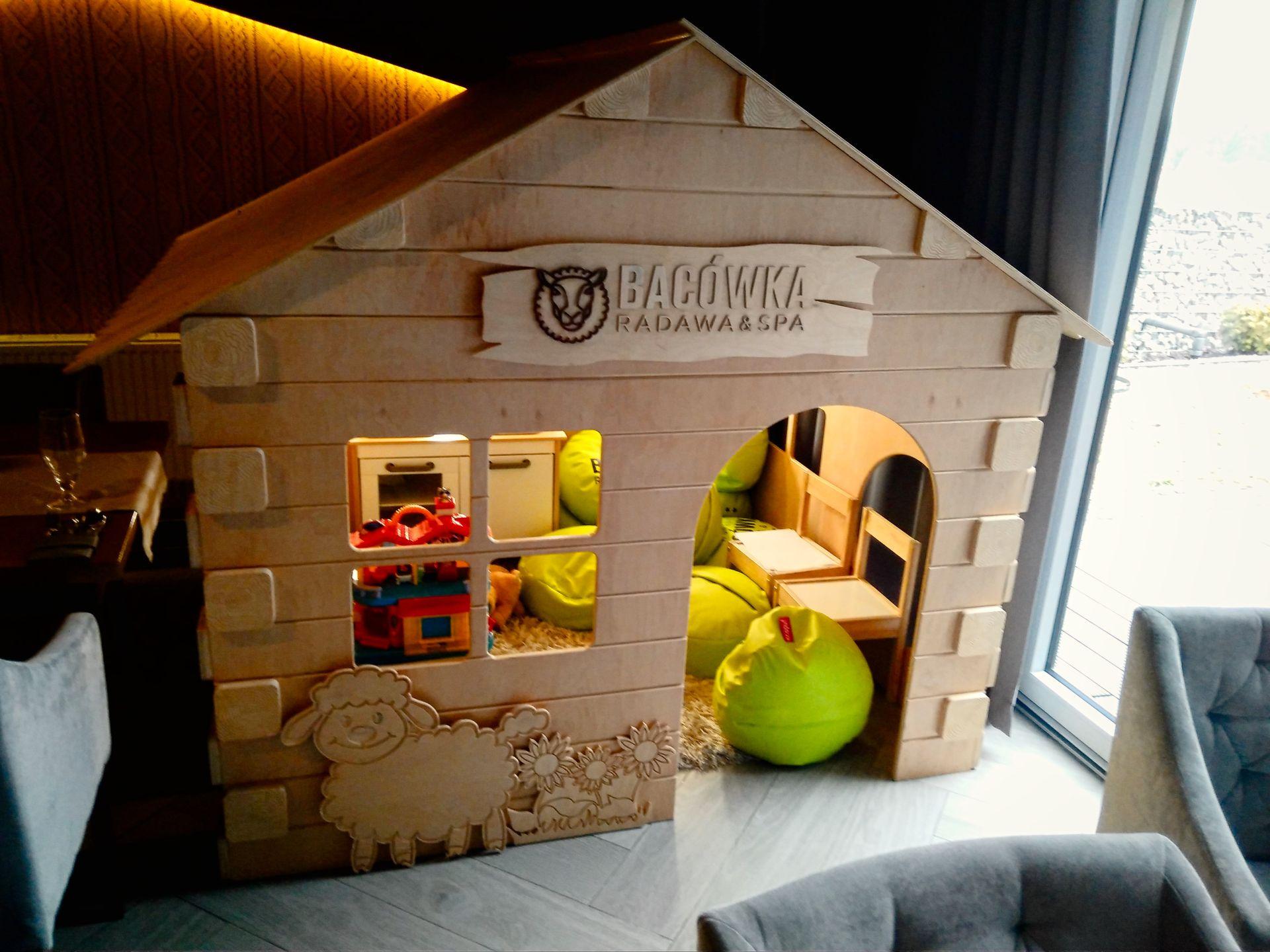 Domek zabaw dla najmłodszych w restauracji.