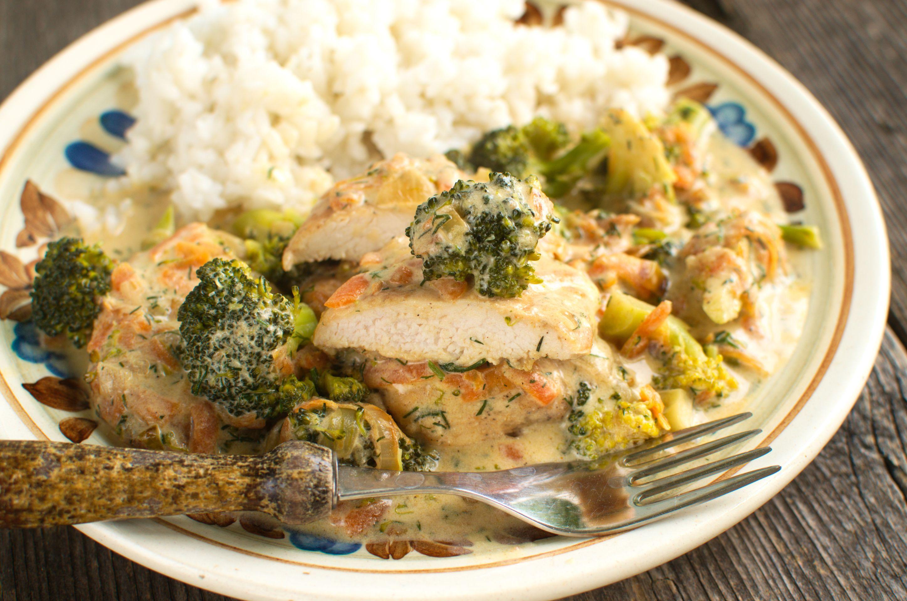 Kurczak w sosie z brokułem i marchewką