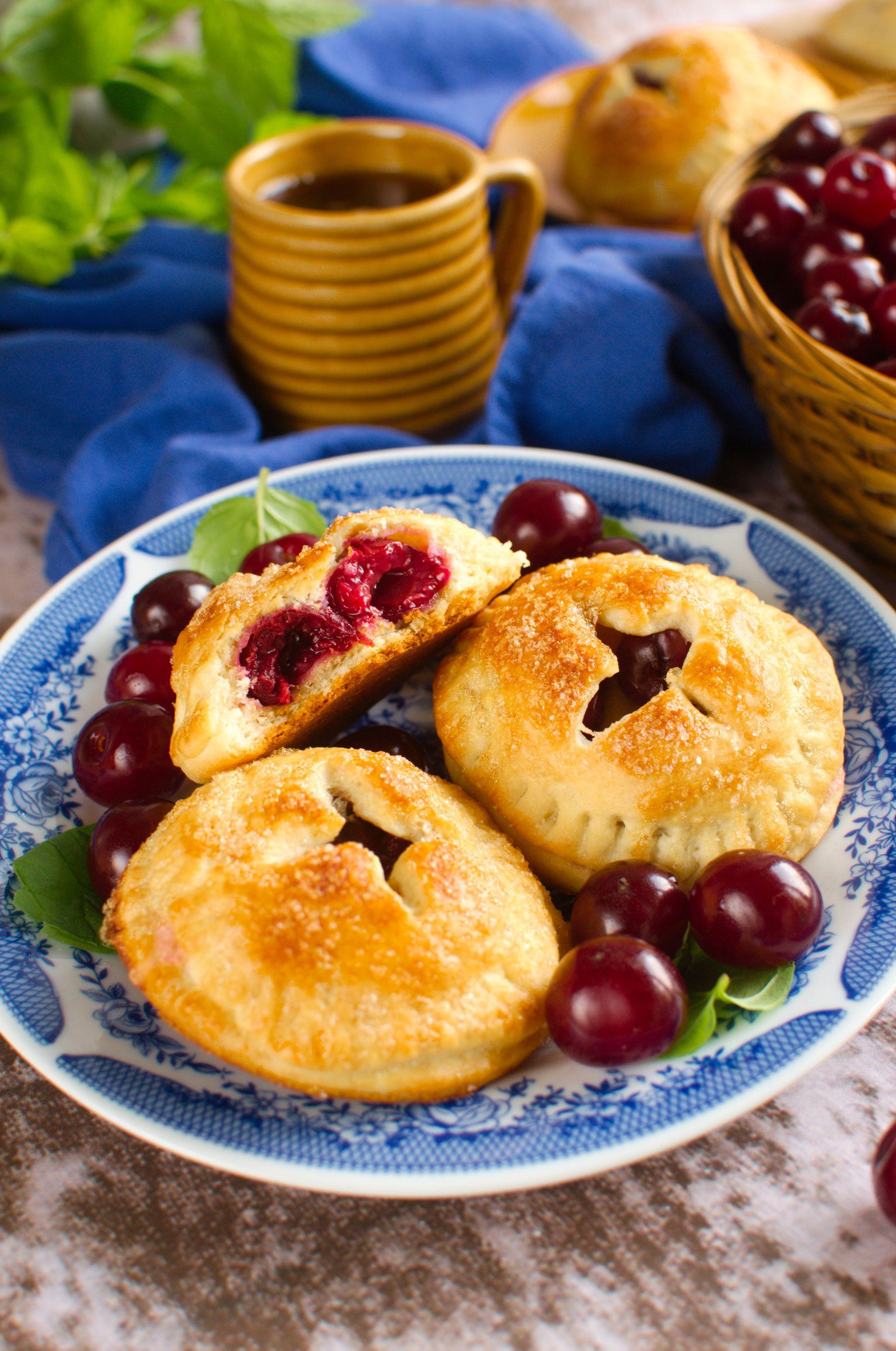 Ciasteczka drożdżowe z wiśnią