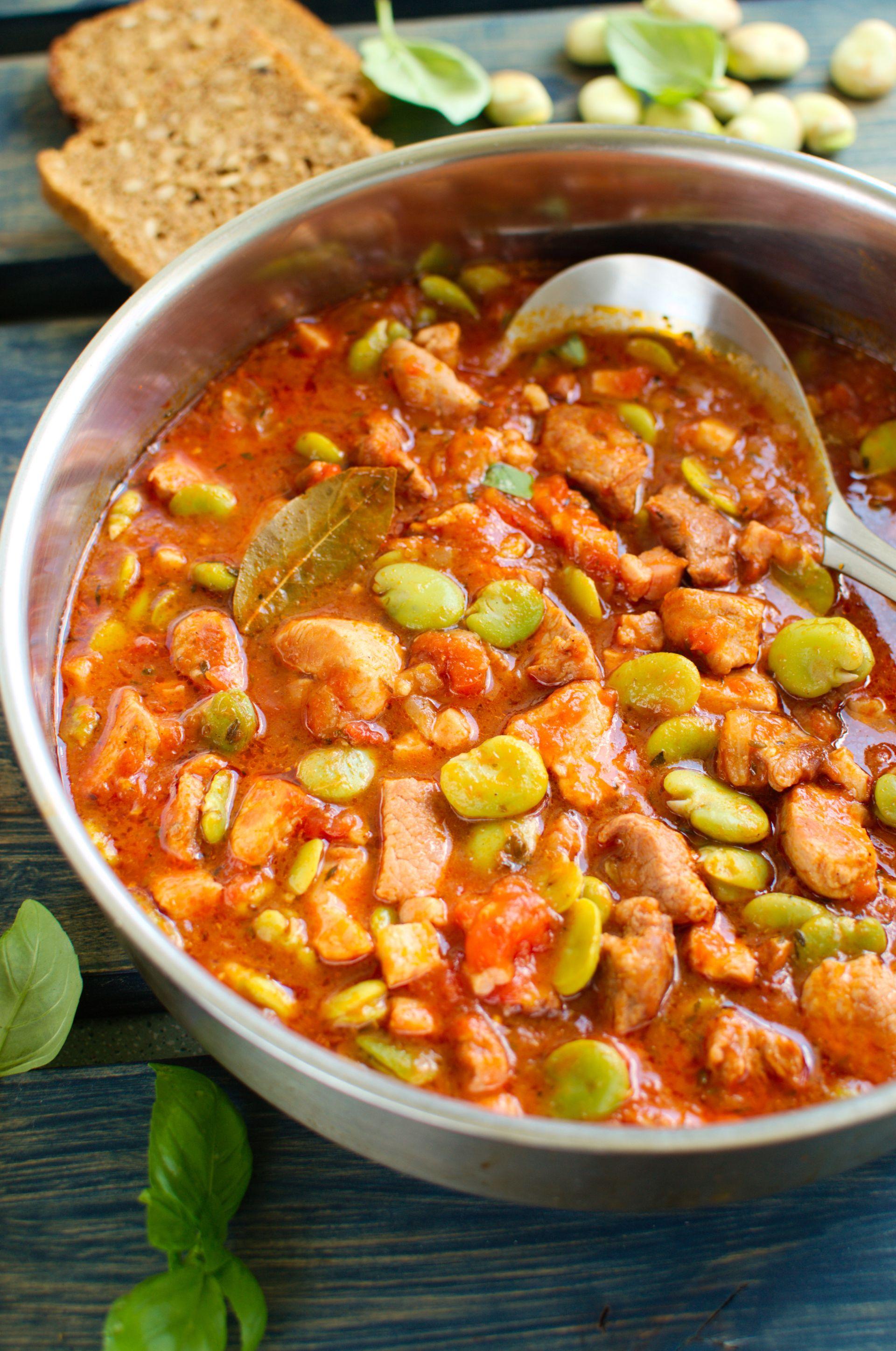 Pomidorowy gulasz wieprzowy z bobem
