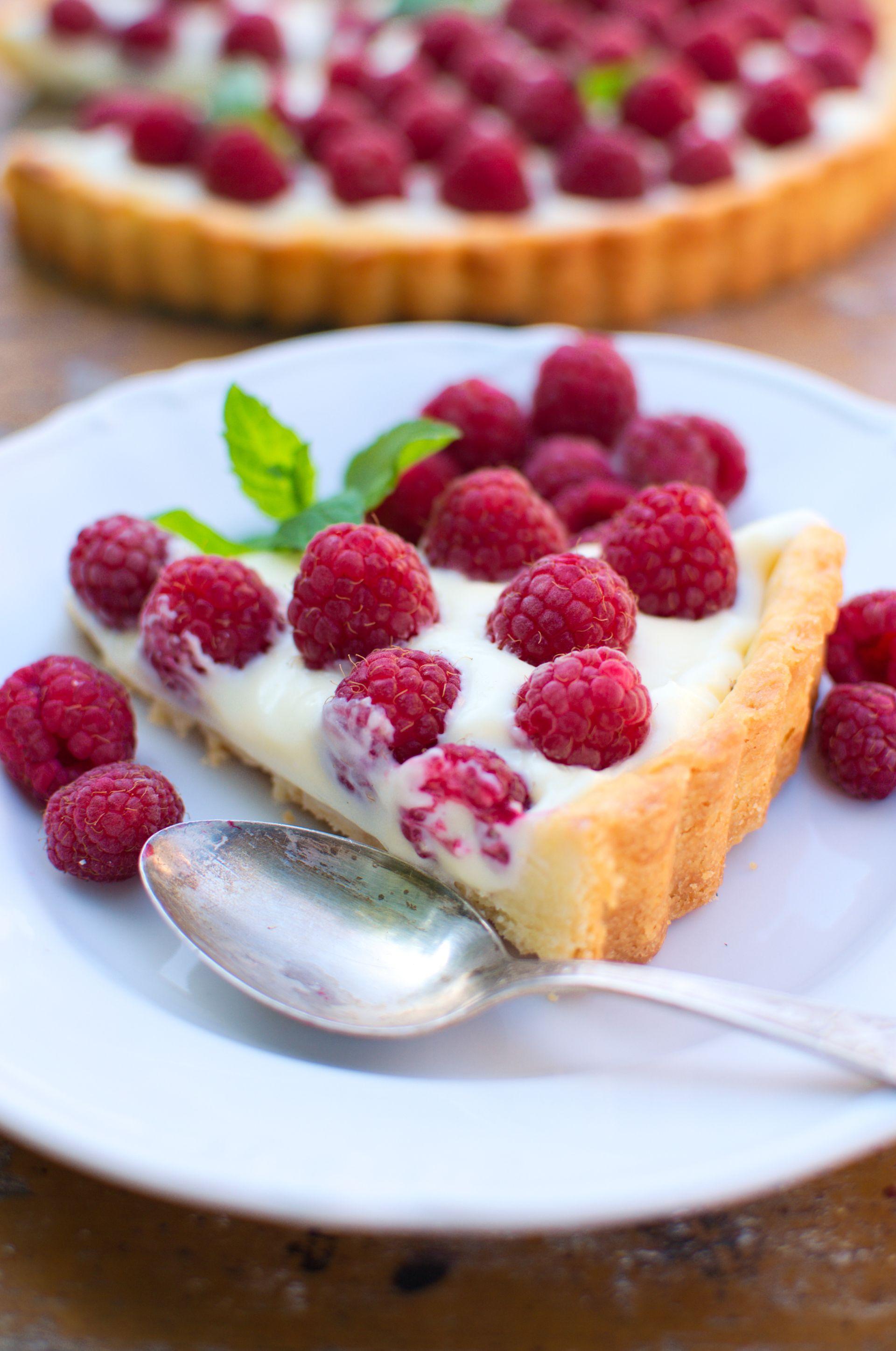 Tarta z kremem z białej czekolady i malinami