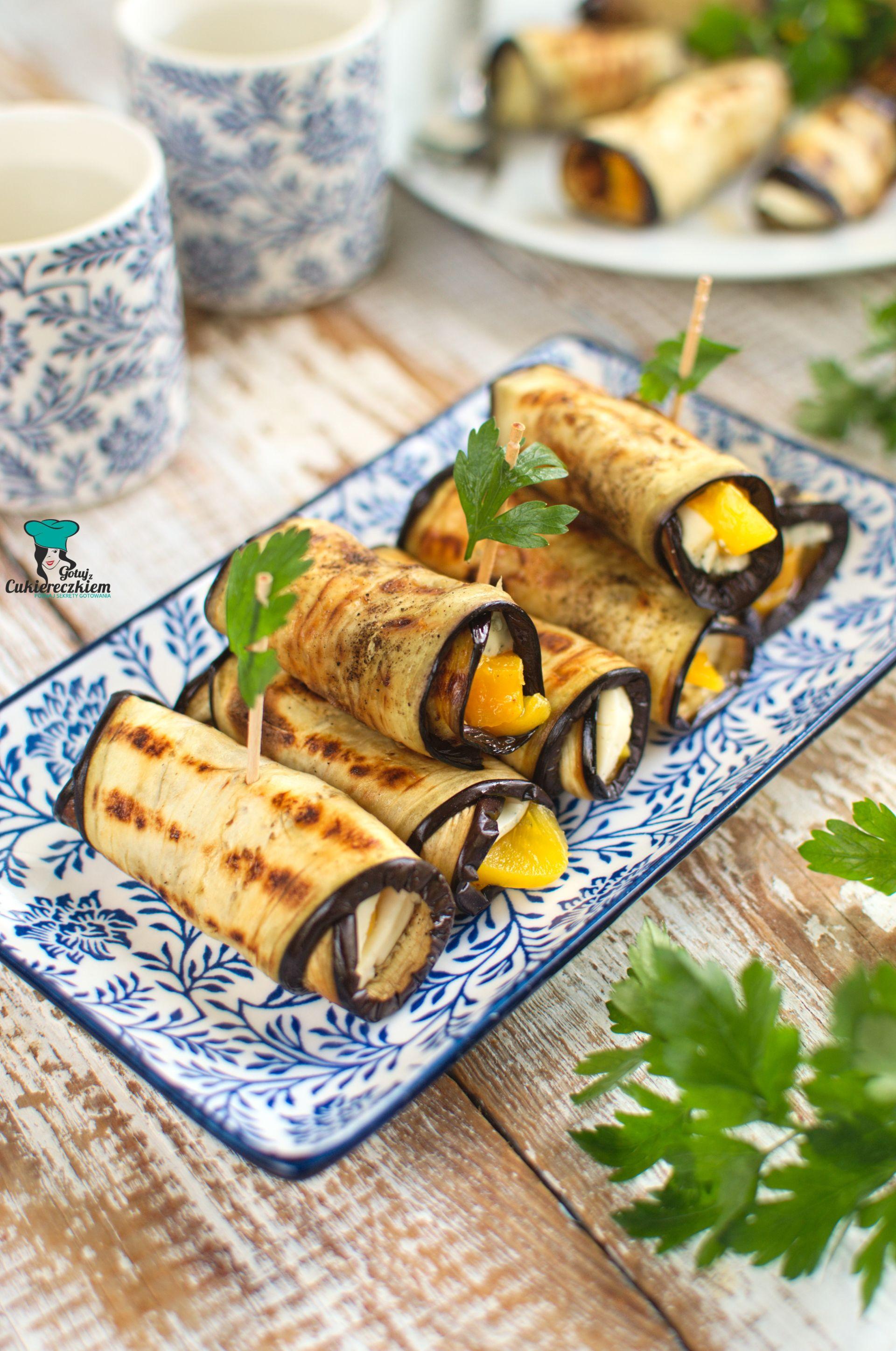 Roladki z bakłażana z brzoskwinią i serem pleśniowym