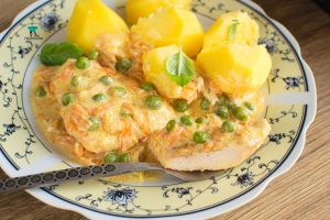 Fileciki z kurczaka w delikatnym sosie z zielonym groszkiem i marchewką