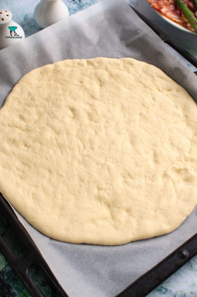 Ciasto rozwałkowujemy na duże koło.