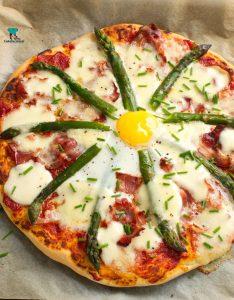 Pizza ze szparagami, boczkiem i jajkiem