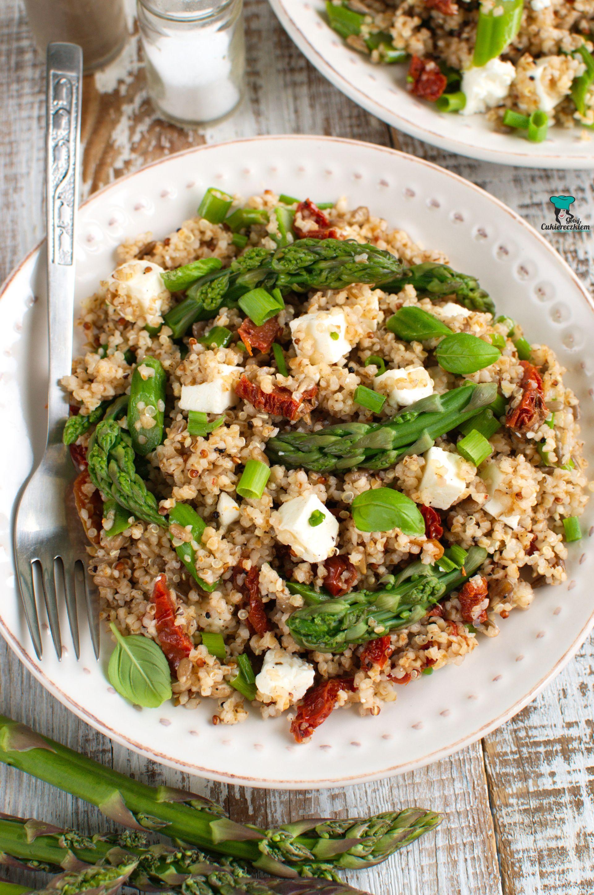 Sałatka z quinoa, szparagami, suszonymi pomidorami i fetą