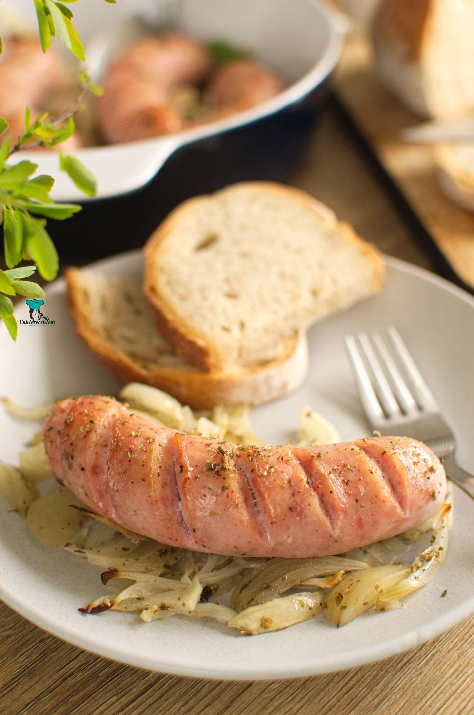 Biała kiełbasa pieczona z cebulą i majerankiem