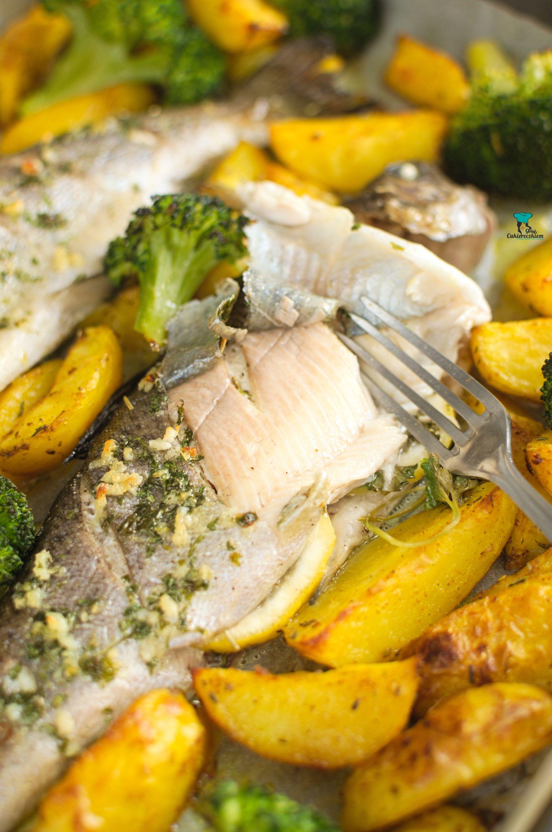 Pstrąg pieczony z ziemniakami i brokułem