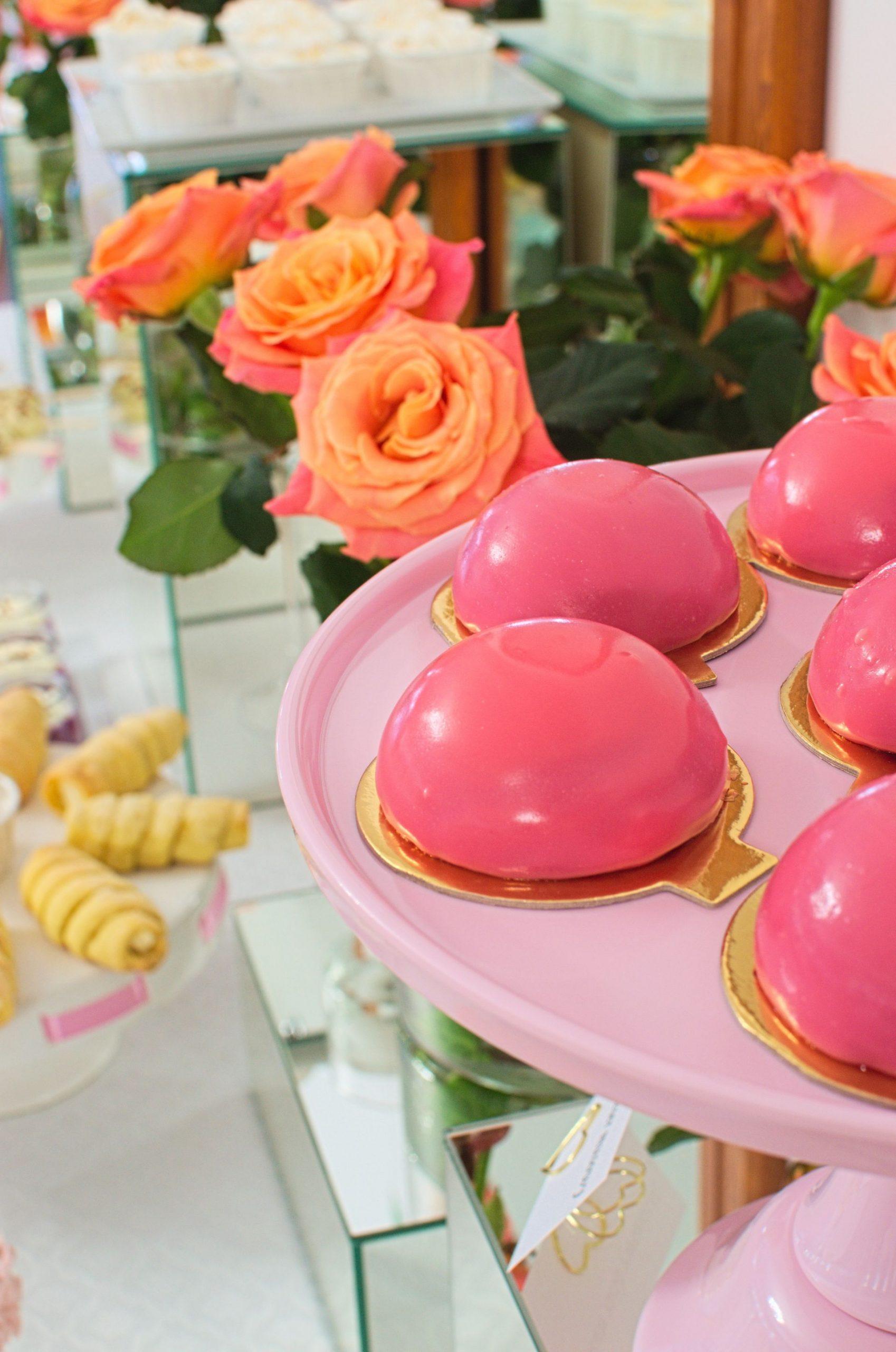 Deser monoporcja na słodkim stole