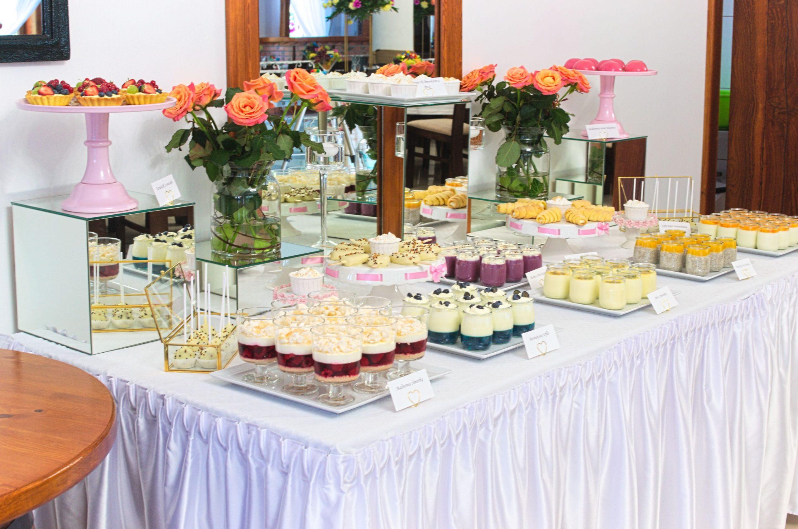 Słodki stół - róż, biel i złoto