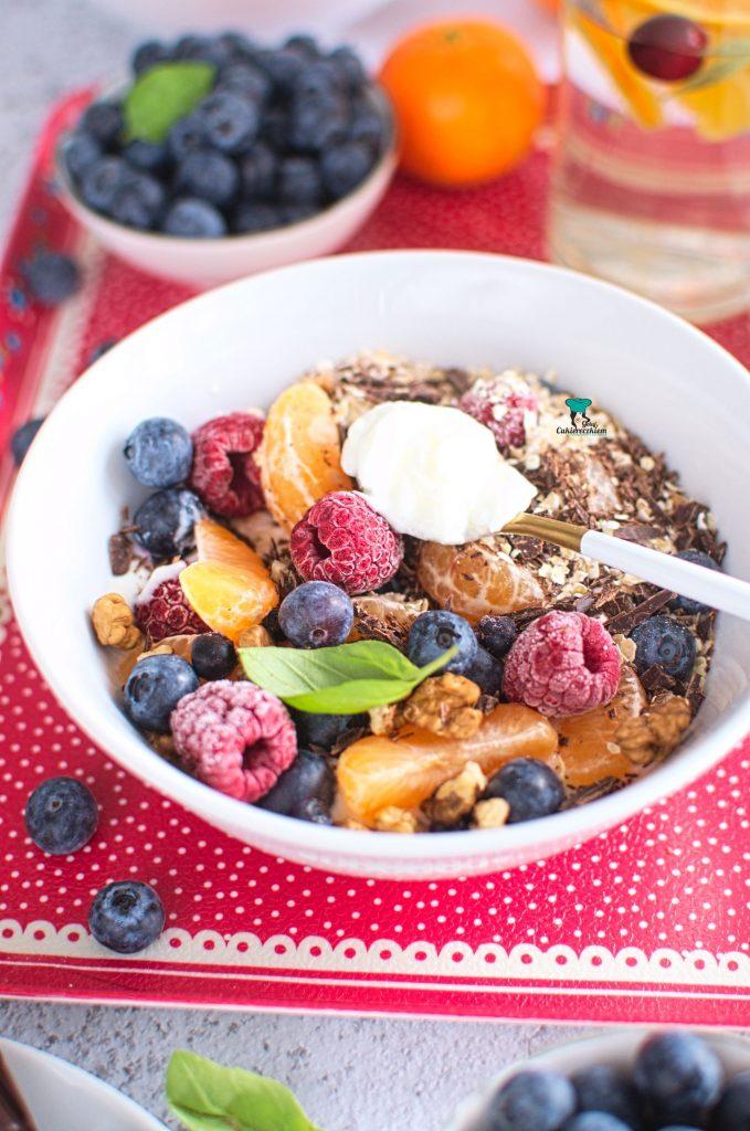 Jogurt z owocami, otrębami i czekoladą