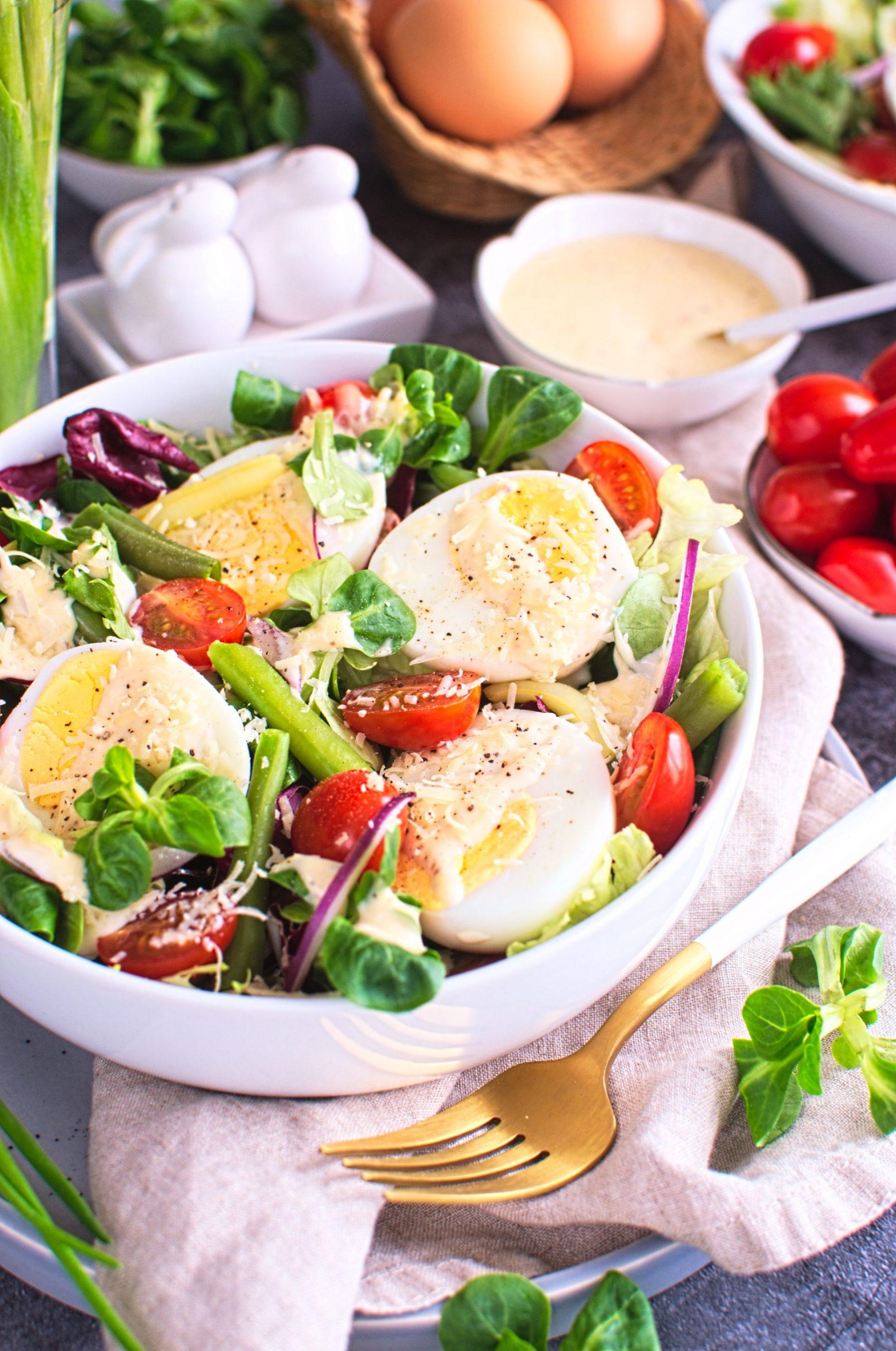 Sałatka z fasolką szparagową, jajkiem i sosem cezar