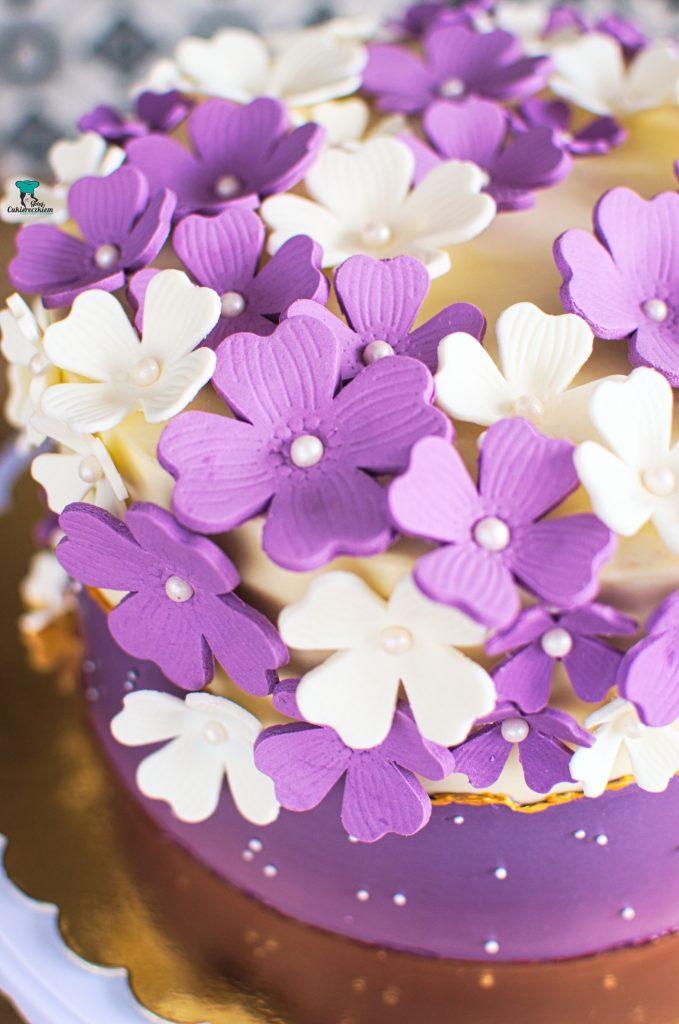 Kwiaty z masy cukrowej na torcie