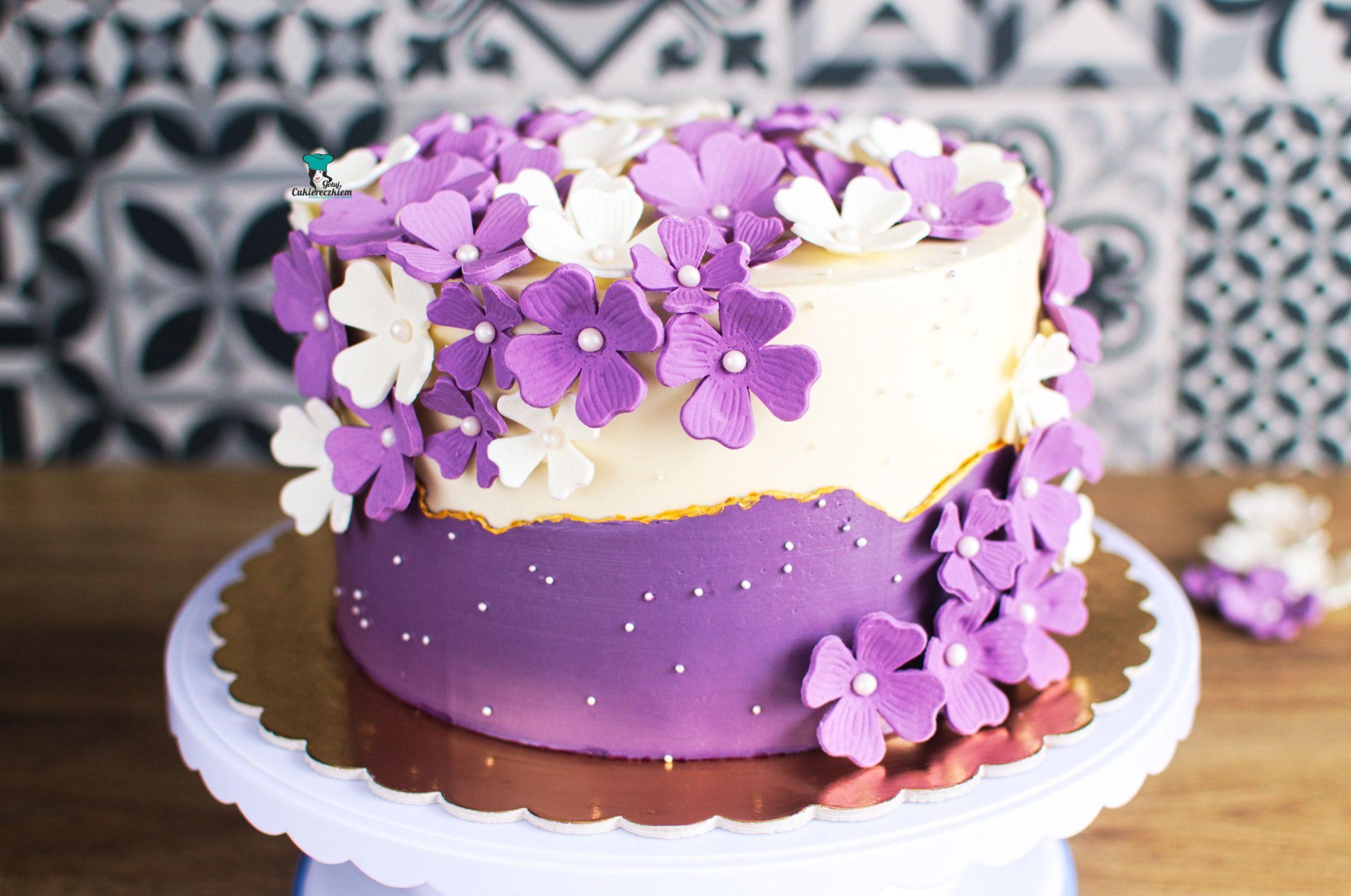 Tort w cukrowe kwiaty