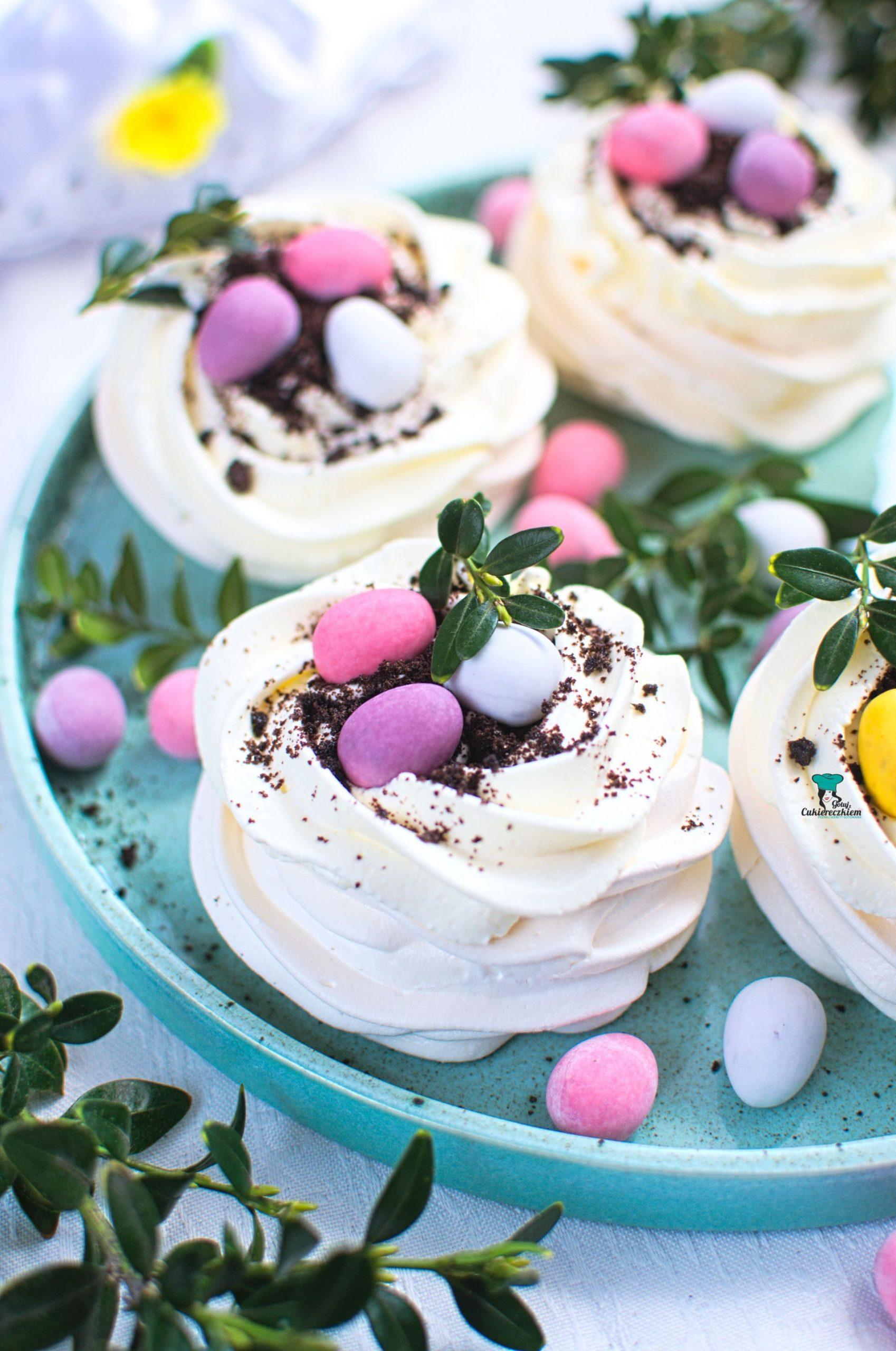 Wielkanocne bezy z kremem i jajeczkami