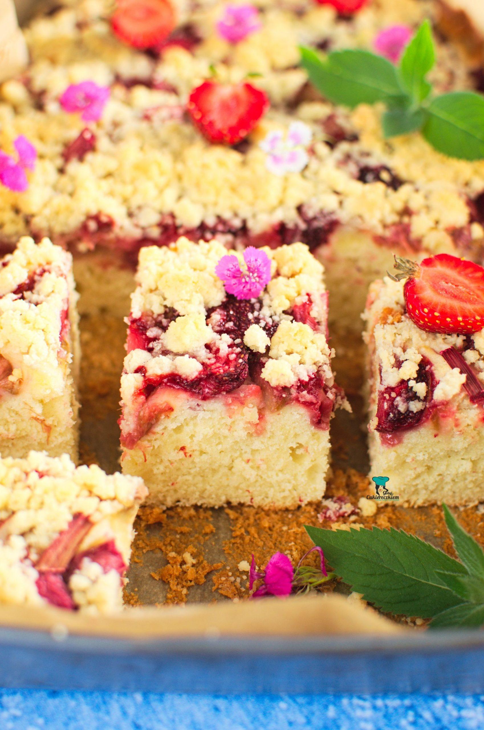 Maślankowe ciasto z rabarbarem i truskawkami