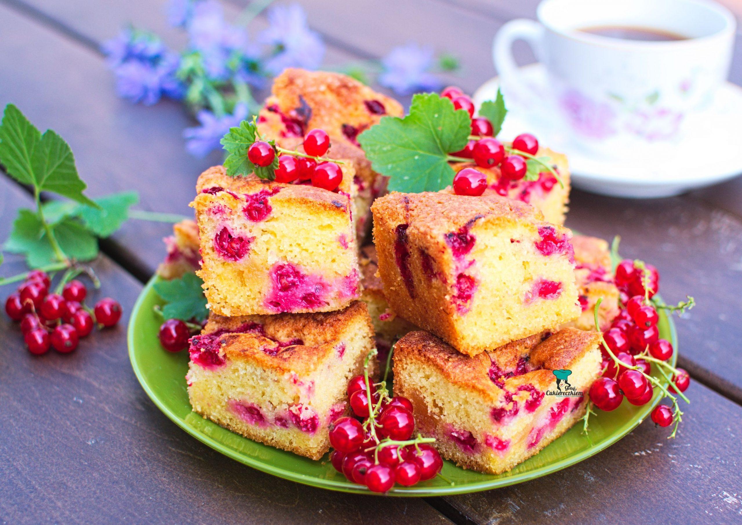 Ciasto z czerwoną porzeczką i marcepanem