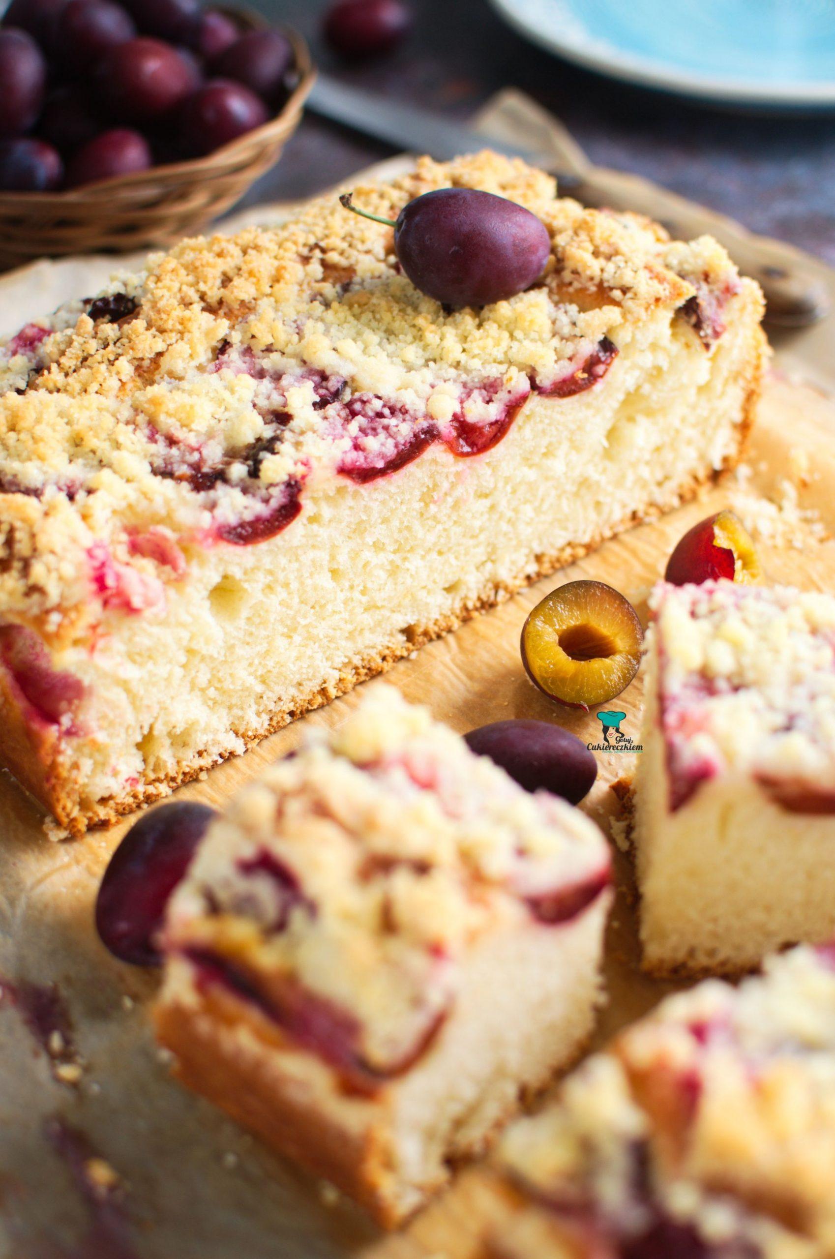 Maślankowe ciasto drożdżowe ze śliwkami i kruszonką